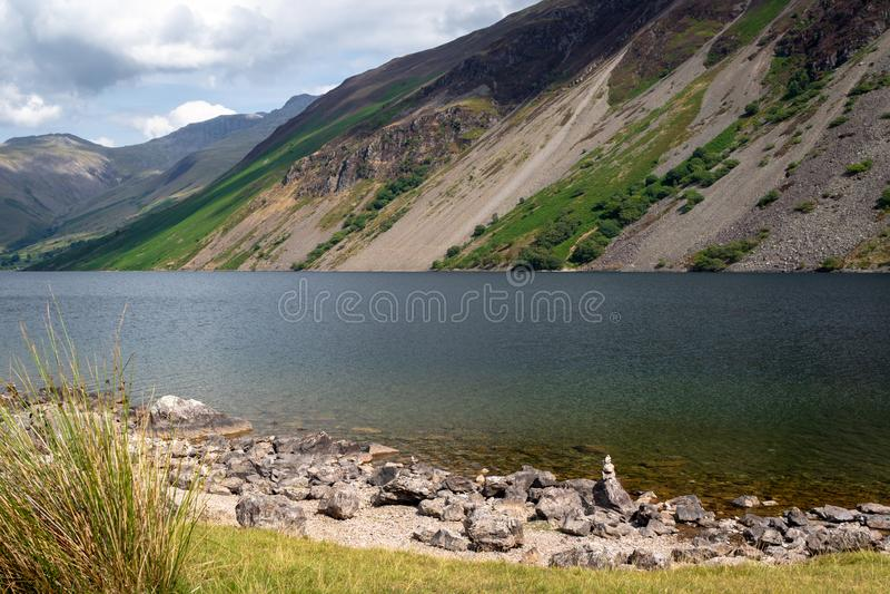 Vaggar i kristallklart vatten av Wast vatten sjön i sjön Dist royaltyfri fotografi