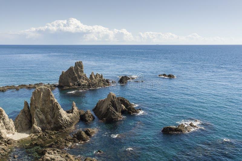 Vaggar i sirenrev på udde av Gata, Almeria, Spanien royaltyfri bild
