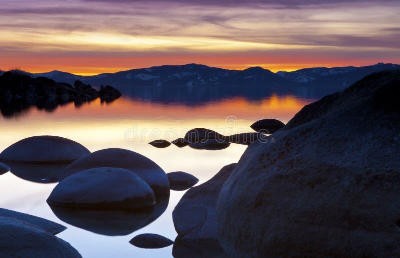 Vaggar och den Tahoe solnedgången royaltyfri bild