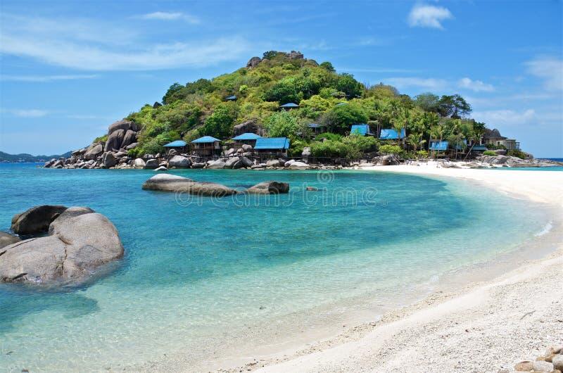 Vaggar och klart vatten av den snövita stranden av den tropiska Nang Yuan ön, Thailand royaltyfri fotografi