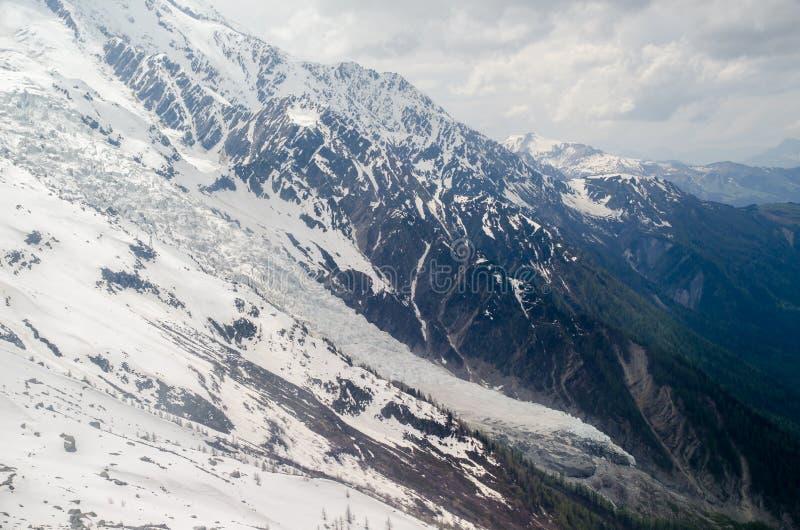 Vaggar och når en höjdpunkt av de franska fjällängbergen Mont Blanc massiv, Aiguille du Midi arkivfoto
