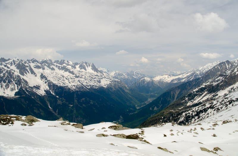 Vaggar och når en höjdpunkt av de franska fjällängbergen Mont Blanc massiv, Aiguille du Midi royaltyfria foton