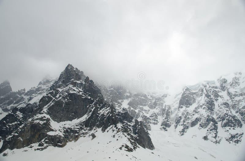 Vaggar och når en höjdpunkt av de franska fjällängbergen Mont Blanc massiv, Aiguille du Midi arkivbilder