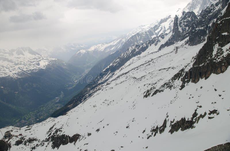 Vaggar och når en höjdpunkt av de franska fjällängbergen Mont Blanc massiv, Aiguille du Midi royaltyfri foto
