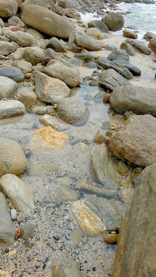 Vaggar och stenar i havsvatten royaltyfri bild