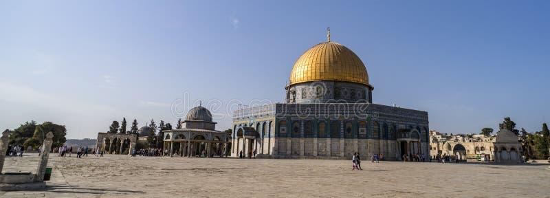 vaggar oidentifierade turister för panoramautsikt nära kupolen av på tempelmonteringen i den gamla staden av Jerusalem Israel Sto arkivbilder