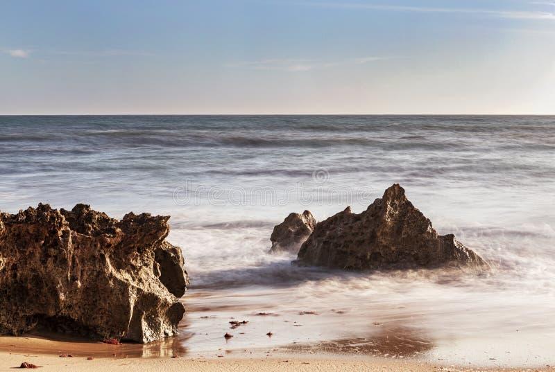 Vaggar på bränningen av strandvågorna arkivfoto