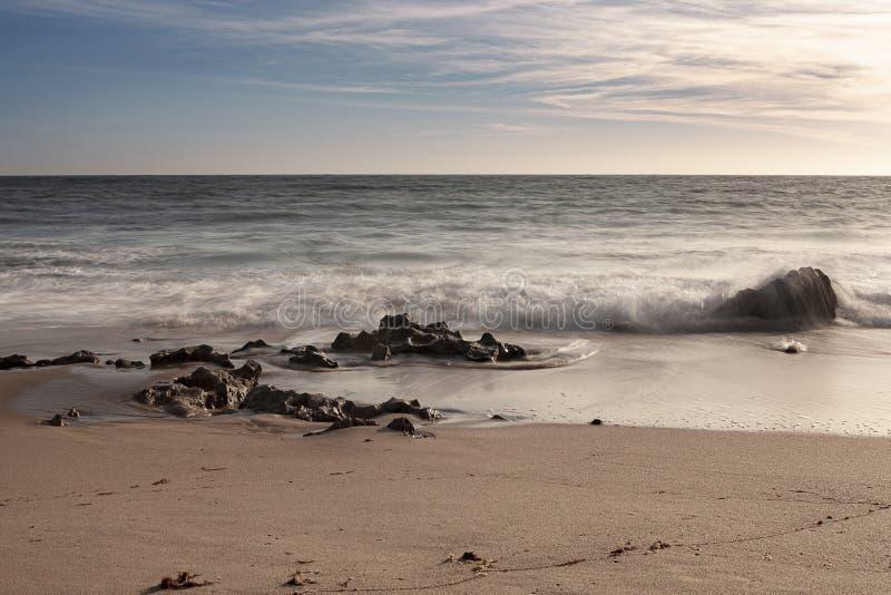 Vaggar på bränningen av strandvågorna arkivbild