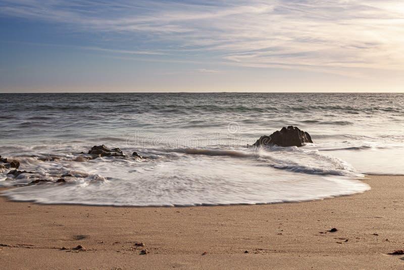 Vaggar på bränningen av strandvågorna royaltyfri fotografi