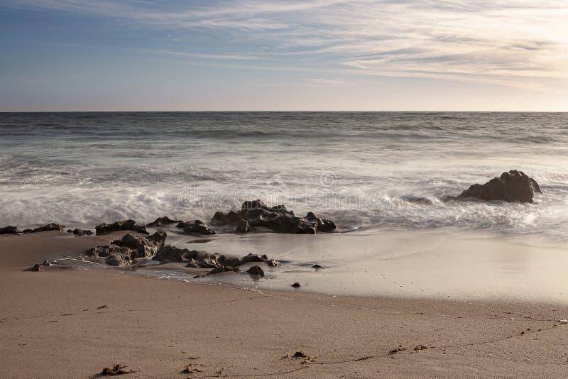 Vaggar på bränningen av strandvågorna royaltyfria foton