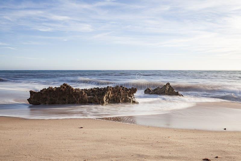 Vaggar på bränningen av strandvågorna arkivfoton