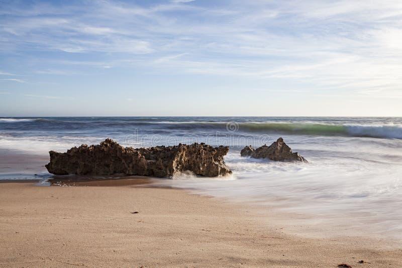 Vaggar på bränningen av strandvågorna fotografering för bildbyråer