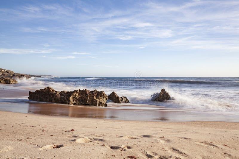 Vaggar på bränningen av strandvågorna royaltyfria bilder