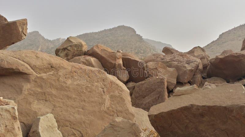 Vaggar på jordningen och i mountansna royaltyfri foto