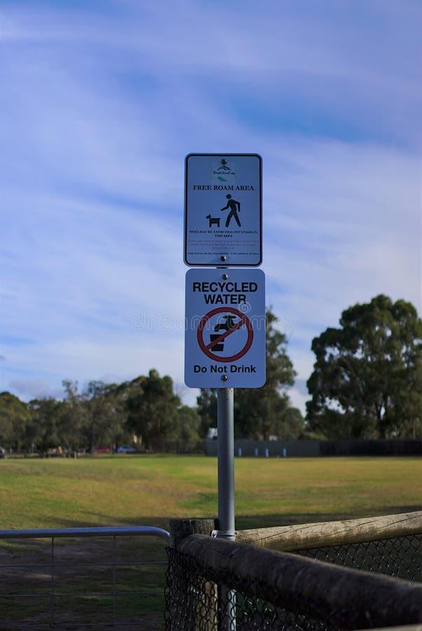 Vaghi liberamente l'area e l'acqua riciclata non beve il segno fotografia stock