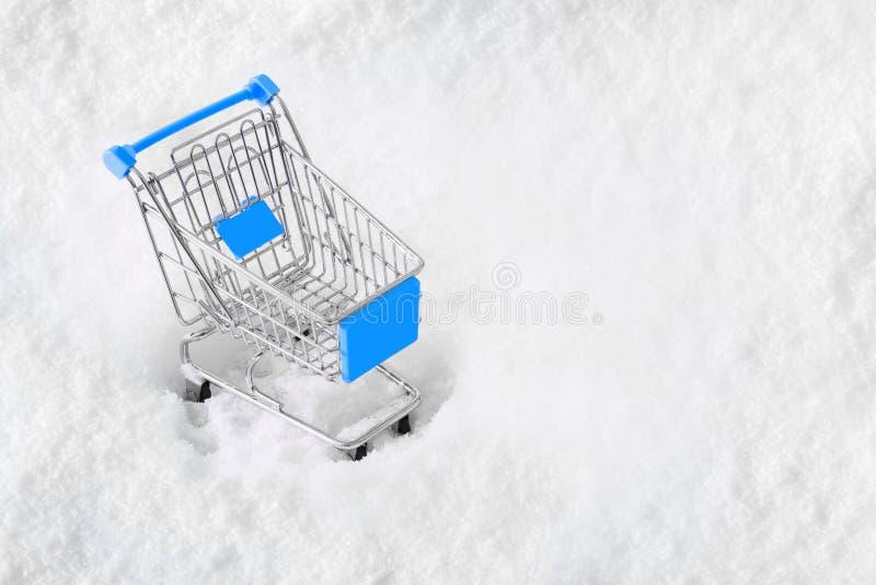 Vagn från livsmedelsbutiken på snön Begrepp av vintershopping Köpa för nytt år och för jul arkivbild
