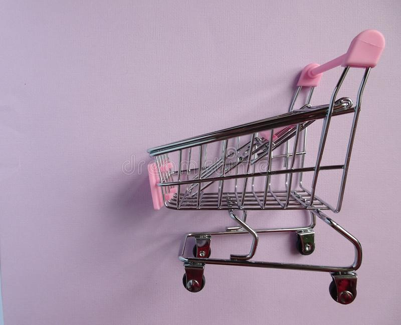 vagn frambragd shopping för bild 3d Tom supermarketspårvagn på violett bakgrund Slapp fokus arkivfoton