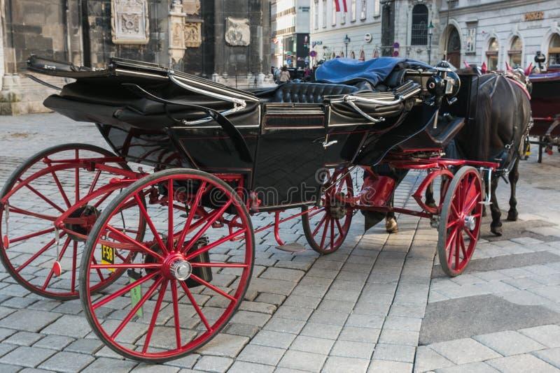 Vagn med hästar i Wien väntande på kunder royaltyfri fotografi
