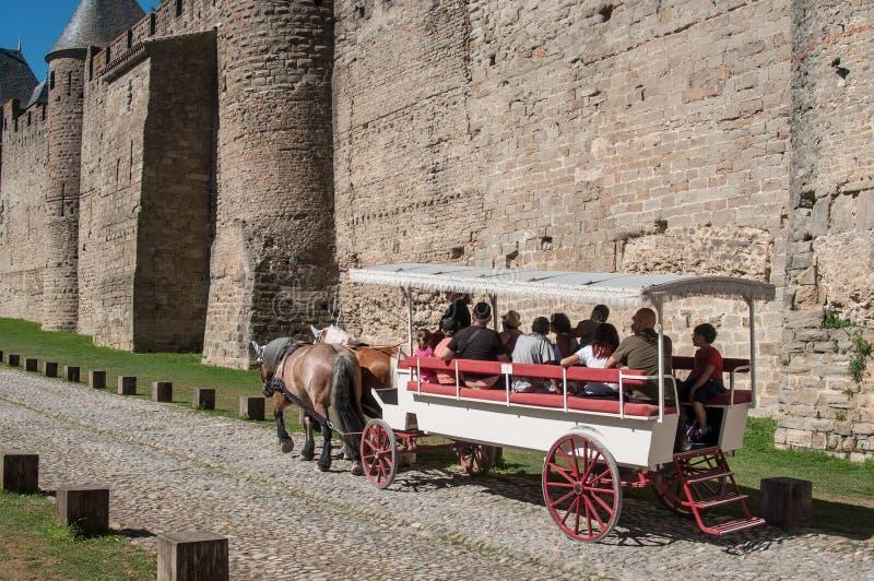 Vagn med turister runt om befästningarna royaltyfri fotografi