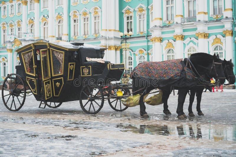 Vagn nära vinterslotten royaltyfri foto