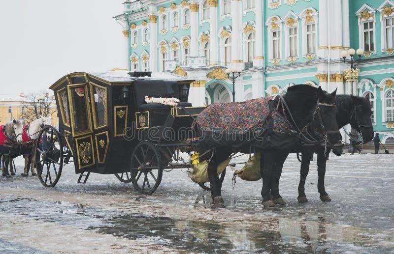 Vagn nära vinterslotten arkivfoto