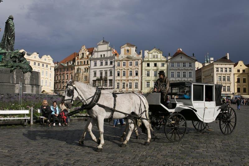 Vagn på den gamla stadfyrkanten av Prague arkivfoto