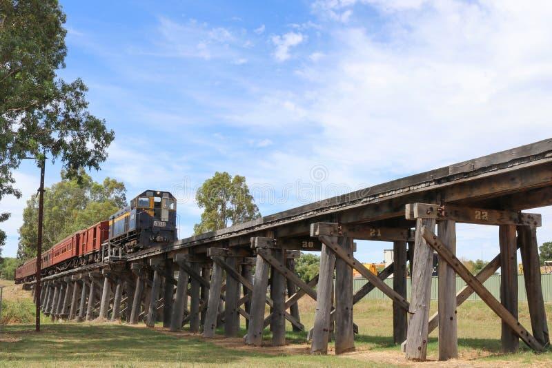 Vagnar för transportsträckor för en diesel- lokomotiv för y-grupp över vintrarna sänker bockbron på dess väg från Castlemaine til royaltyfria foton