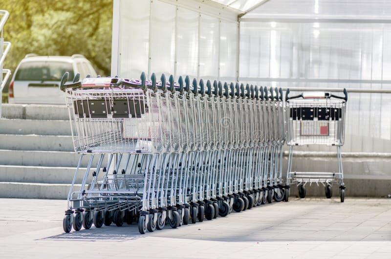 vagnar parkerad shopping fotografering för bildbyråer