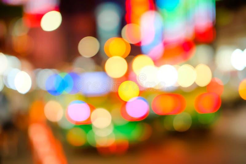 Vago dell'automobile sulla strada nella città alla notte Indicatore luminoso di Bokeh Sfuocatura di scintillio leggero Fondo di s fotografie stock libere da diritti