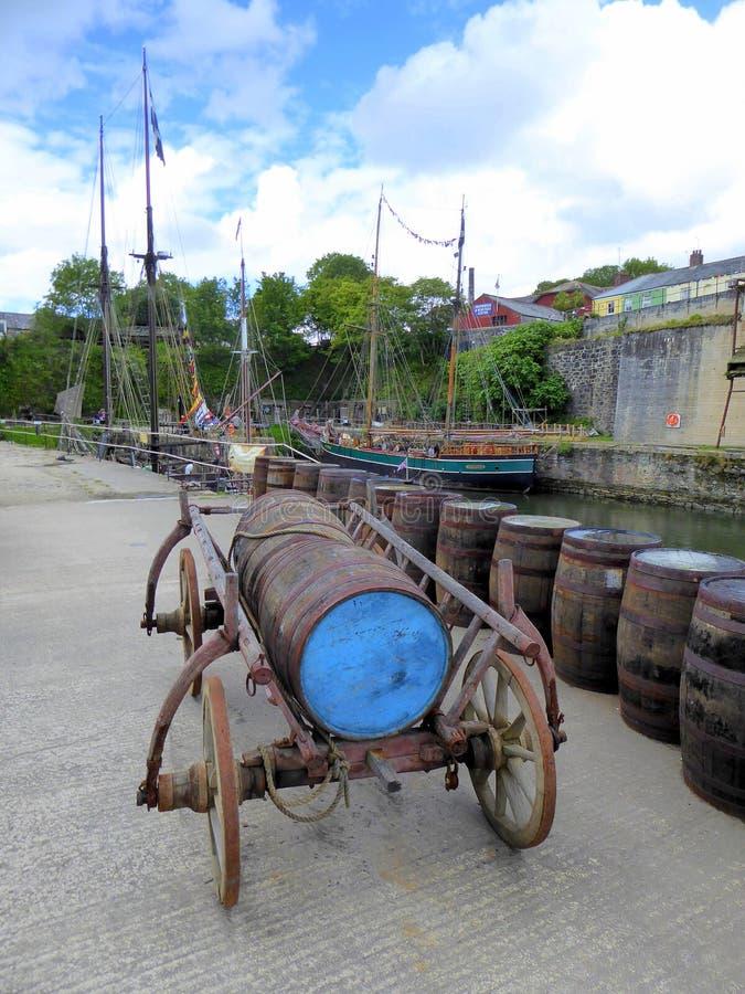 Vagone del barilotto e barilotti di legno immagini stock