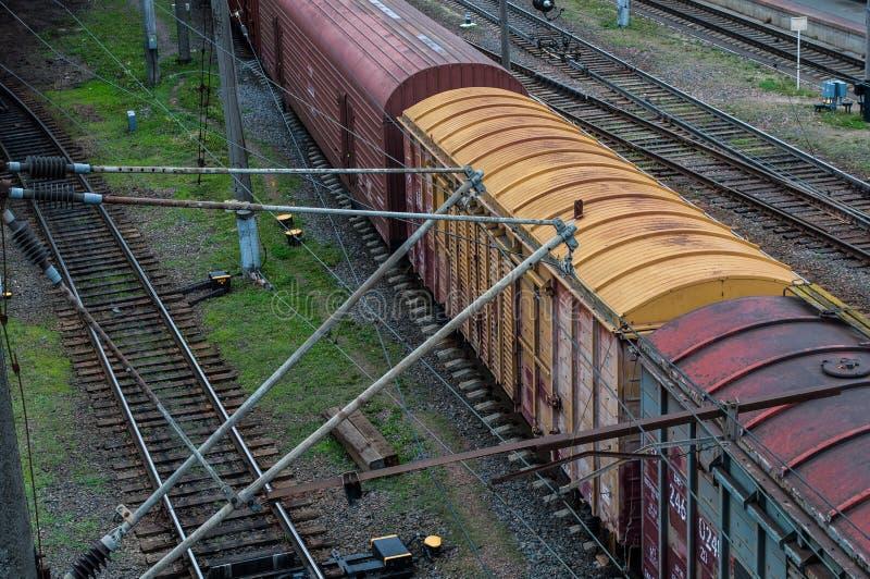 Vagone del carico, trasporto ferroviario, automobili di trasporto della ferrovia sulle rotaie fotografia stock libera da diritti