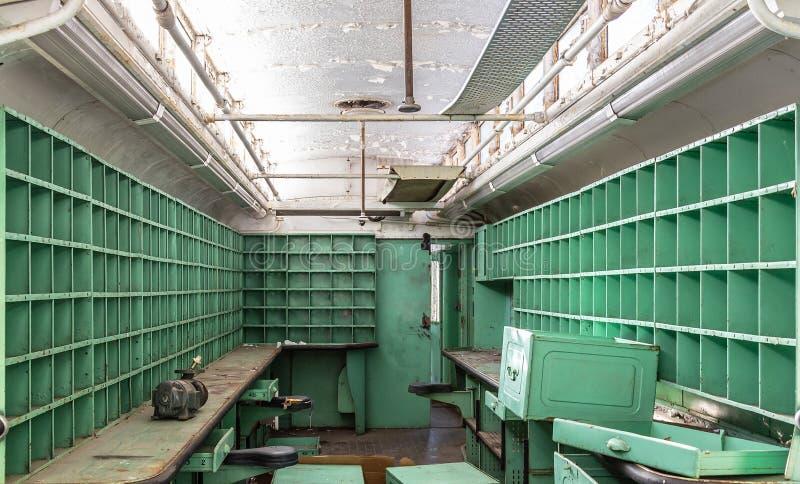Vagone della posta arrugginito abbandonato danni rovinato mensole fotografie stock libere da diritti