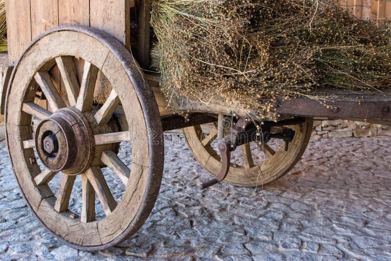 Vagone di legno con erba asciutta Carretto antico con le ruote di legno Trasporto rurale tradizionale Veicolo rustico storico con immagini stock libere da diritti