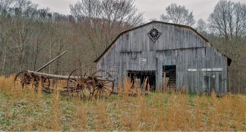 Vagone e granaio antichi in Virginia Occidentale fotografia stock libera da diritti