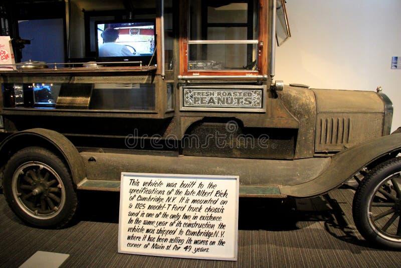 Vagone storico dell'arachide, da Cambridge New York, su esposizione al museo dell'automobile di Saratoga, 2015 fotografia stock libera da diritti