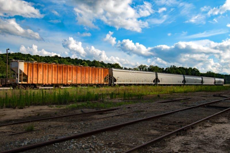 Vagoni coperti nell'attesa immagine stock libera da diritti