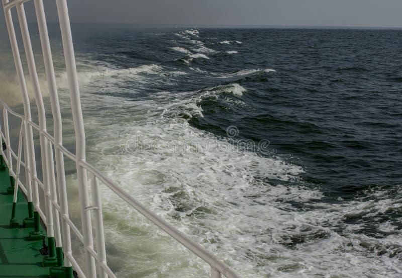 Vague allant à la mer du bateau photographie stock