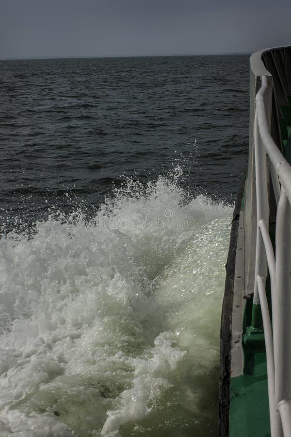 Vague allant à la mer du bateau images libres de droits