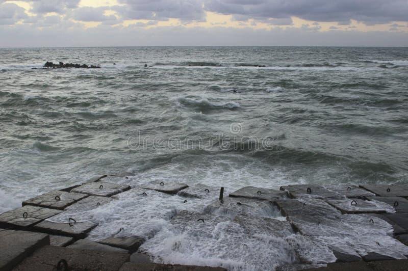 Vague après que se heurte des roches de mer/écoulement de la vague de mer photos stock