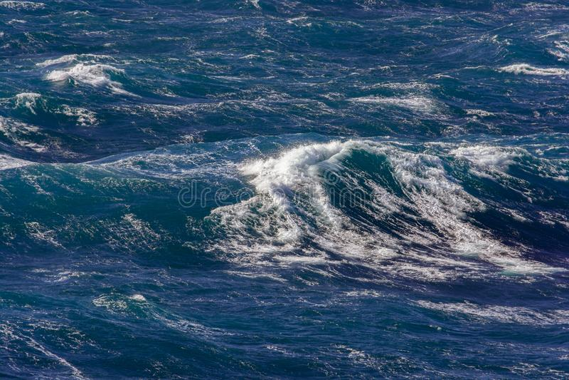 Vague avec le jet d'eau pendant la tempête image stock