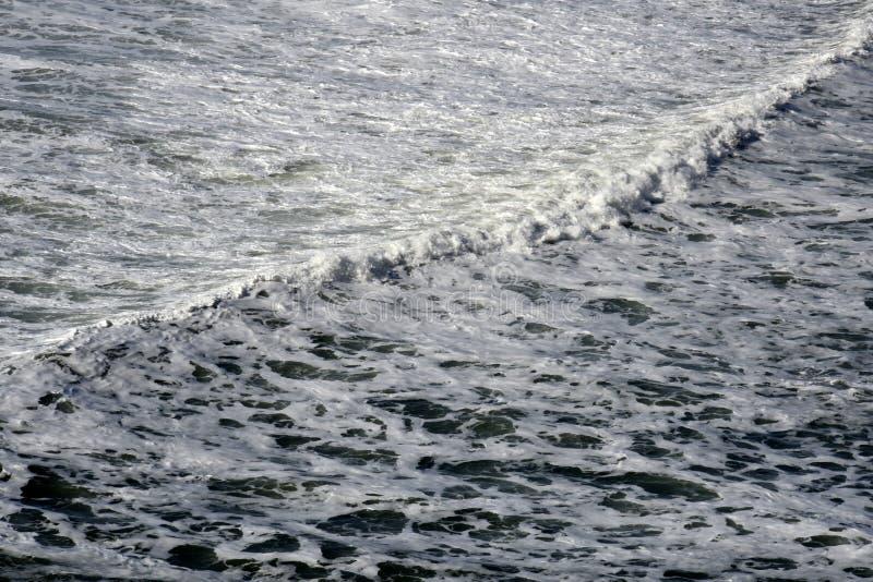 Vague blanche rugueuse de mousse d'océan photographie stock libre de droits