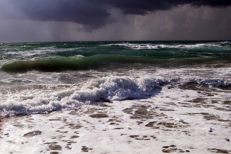 Vague déferlante de mer dans un orage image libre de droits