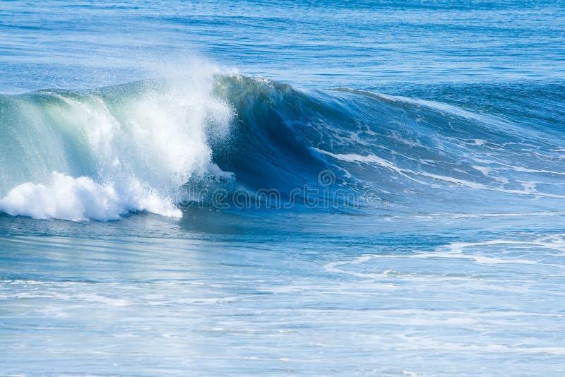 Vague déferlante et ondes d'océan photo stock