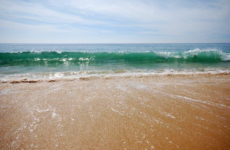 Vague déferlante et sable photos stock