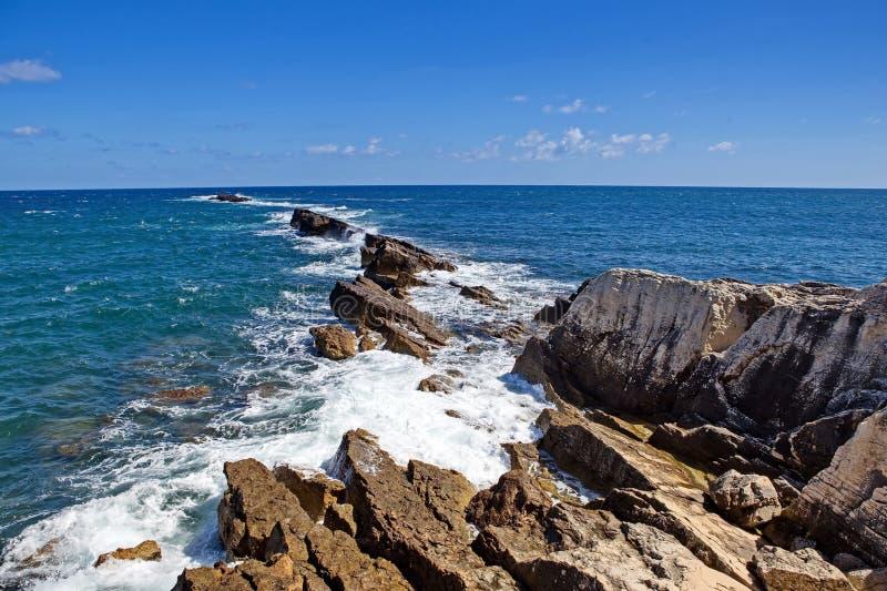 vague déferlante noire Ukraine de mer de la Crimée de côte La vague de mer décompose contre les pierres Milliers éclaboussant des photos libres de droits