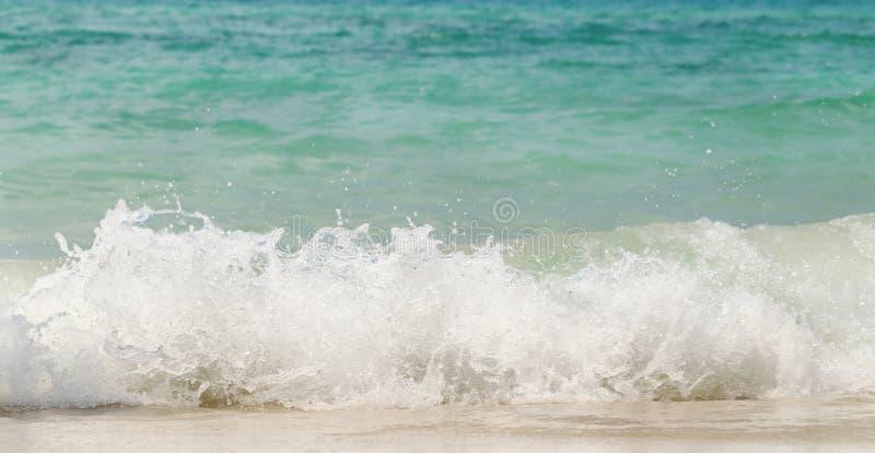 Vague de la mer clapotant sur la plage de sable, fond d'été photographie stock