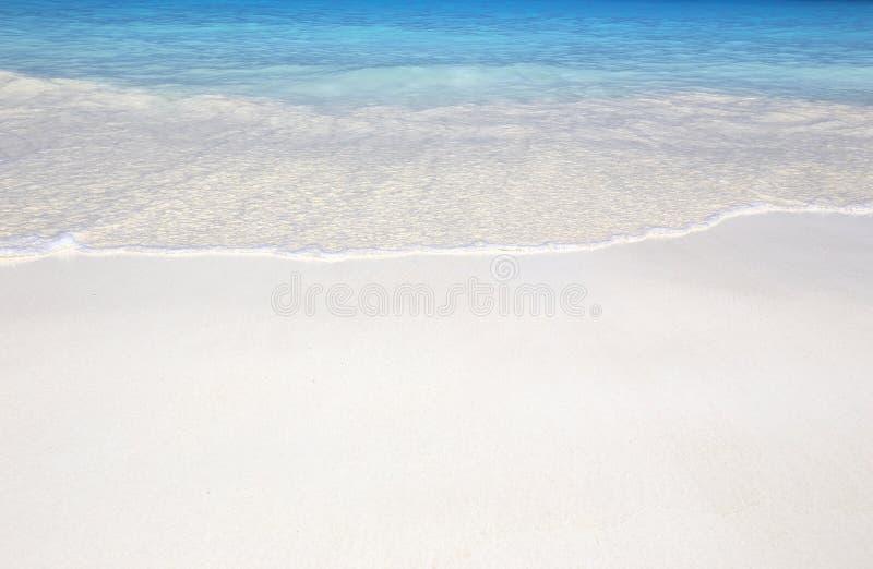 Vague de la mer sur la plage de sable photographie stock libre de droits