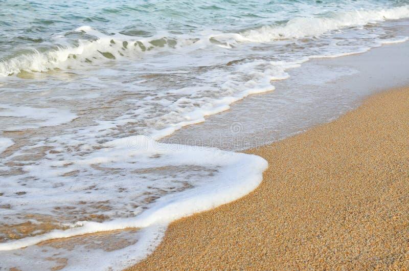 Vague de la mer sur la plage de sable images libres de droits
