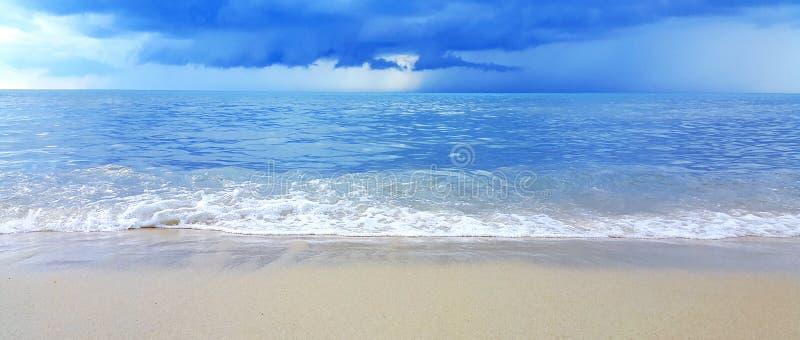 Vague de la mer sur la plage de sable image libre de droits