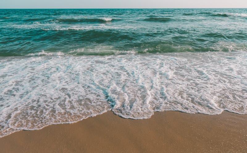 Vague de mer et plage brune de sable dans le ton gris photo libre de droits
